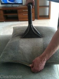 Химчистка подушек профессиональным оборудованием от клининговой компании Clean House