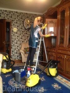 Мытье мебели сотрудниками клининговой компании Clean-house