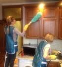 Мытье кухонного гарнитуриа сотрудниками клининговой компании Clean-house