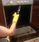 Мытье кухонной плиты паром сотрудниками клининговой компании Clean-house