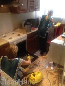 Мытье кухонной плиты сотрудниками клининговой компании Clean-house
