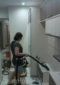Обеспыливание мебели специалистами клининг компании CleanHouse