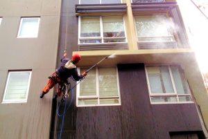 Мойка фасадов многоэтежного здания специалистами клининговой компании CleanHouse