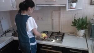 Домработница компании CleanHouse. мытье варочной панели