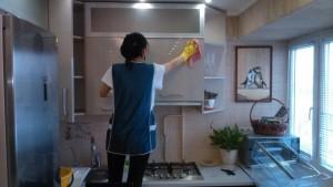 Домработница от клининговой компании Clean House, мытье фасадов мебели