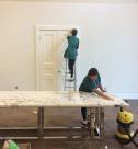 Уборка коттеджей после ремонта, мытье дверных блоков от специалистов клининговой компании Clean House