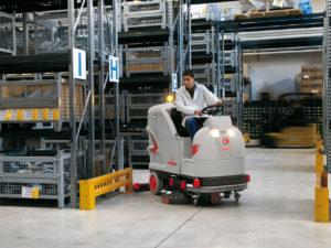Поломоечная машина для уборки помещений складов