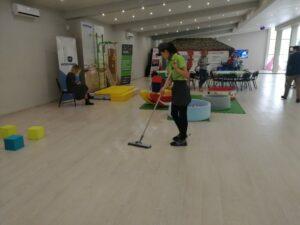 Ежедневная уборка офиса утром — специалисты клининговой компании Clean House проводят уборку офисного помещения утром, еще до начала рабочего дня в Московской области.