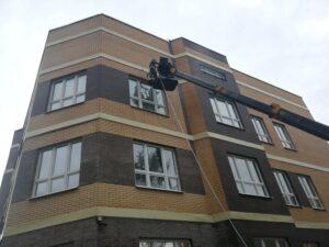 Мытье фасада здания высотными альпинистами от Clean House